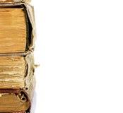 Stapel alte Bücher lokalisiert auf einem weißen Hintergrund Stockfotos