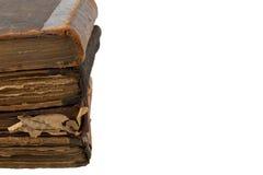 Stapel alte Bücher lokalisiert auf einem weißen Hintergrund Raum für Text Lizenzfreies Stockbild
