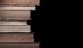 Stapel alte Bücher lokalisiert auf Schwarzem Stockfotografie