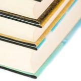 Stapel alte Bücher lokalisiert auf Weiß Lizenzfreie Stockfotografie