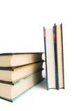 Stapel alte Bücher lokalisiert auf Weiß Lizenzfreie Stockfotos