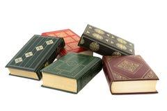 Stapel alte Bücher lokalisiert auf Weiß Lizenzfreies Stockbild