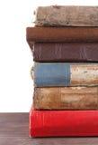 Stapel alte Bücher lokalisiert auf Weiß Stockfotos