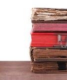 Stapel alte Bücher lokalisiert auf Weiß Stockbilder