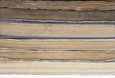 Stapel alte Bücher lokalisiert auf weißem Hintergrund Stockbilder