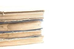 Stapel alte Bücher lokalisiert auf weißem Hintergrund Lizenzfreie Stockfotografie