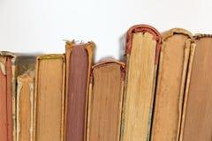 Stapel alte Bücher lokalisiert auf weißem Hintergrund Stockbild
