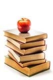 Stapel alte Bücher mit Apple auf die Oberseite Stockfotografie