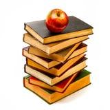 Stapel alte Bücher mit Apple auf die Oberseite Stockbilder
