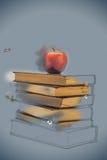 Stapel alte Bücher mit Apple auf die Oberseite Lizenzfreie Stockbilder