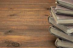 Stapel alte Bücher mit Copyspace auf hölzernem Hintergrund Stockfotos
