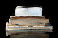 Stapel alte Bücher mit den Weinleseseiten reflektiert Stockfotografie