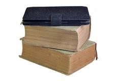 Stapel alte Bücher mit elektronischem Buch auf ihm. Lizenzfreie Stockbilder