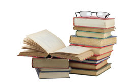 Stapel alte Bücher mit Gläsern Stockfoto