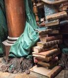 Stapel alte Bücher mit grünem Vorhang Stockfotografie