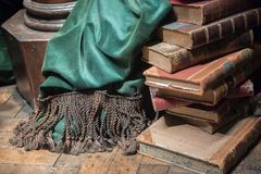 Stapel alte Bücher mit grünem Vorhang Stockfoto