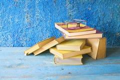 Stapel alte Bücher mit Schauspielen Stockbilder