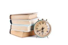 Stapel alte Bücher mit Uhr Stockfotos