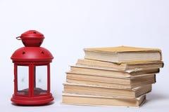 Stapel alte Bücher Rote Lampe mit Kerze Lizenzfreies Stockfoto