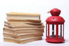 Stapel alte Bücher Rote Lampe mit Kerze Stockbilder