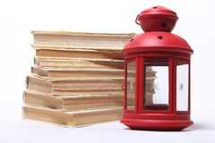 Stapel alte Bücher Rote Lampe mit Kerze Lizenzfreie Stockfotos