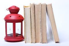 Stapel alte Bücher Rote Lampe mit Kerze Lizenzfreie Stockbilder