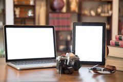 Stapel alte Bücher und Laptop und Tablette über Holztisch, Retro- gefiltertes Bild Stockfoto