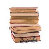 Stapel alte Bücher und Schauspiele Lizenzfreie Stockfotografie