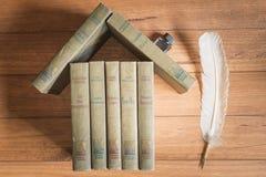 Stapel alte Bücher, welche die Zahl eines Hauses bilden Lizenzfreie Stockfotografie