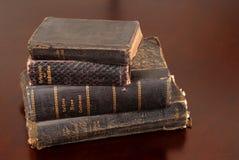 Stapel alte Bibeln einschließlich deutsche Bibeln Stockbild