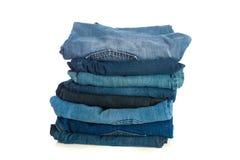 Stapel alte Blue Jeans Stockfotografie