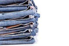Stapel alte Blue Jeans lokalisiert auf Weiß Stockbilder