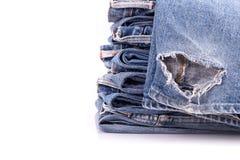 Stapel alte Blue Jeans lokalisiert auf Weiß Stockfotos