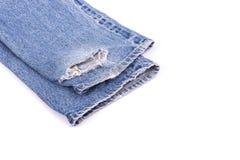 Stapel alte Blue Jeans lokalisiert auf Weiß Lizenzfreies Stockbild