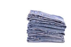Stapel alte Blue Jeans lokalisiert auf Weiß Stockfotografie