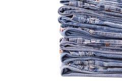 Stapel alte Blue Jeans lokalisiert auf Weiß Lizenzfreie Stockbilder