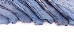 Stapel alte Blue Jeans lokalisiert auf Weiß Stockfoto