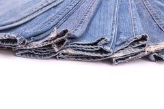 Stapel alte Blue Jeans lokalisiert auf Weiß Lizenzfreie Stockfotos