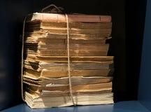 Stapel alte gelb gefärbte Bücher und Papiere Stockbild