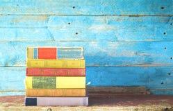 Stapel alte mehrfarbige Bücher, Stockbilder