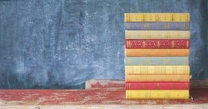 Stapel alte mehrfarbige Bücher Lizenzfreie Stockbilder
