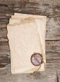 Stapel alte Papiere mit einer Wachsdichtung Stockbilder