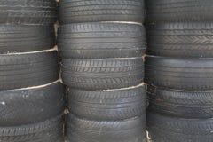 Stapel alte Reifen eingestellt Stockfotos