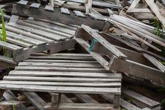 Stapel alte Schrottpaletten Stockfotografie