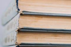 Stapel alte und benutzte Bücher Stockbilder