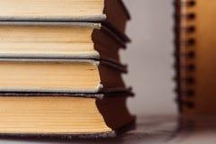 Stapel alte und benutzte Bücher Stockfotografie