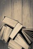 Stapel alte und benutzte Bücher oder Lehrbücher des gebundenen Buches auf hölzernem BAC Stockfotos
