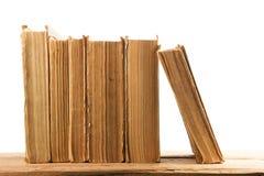 Stapel alte und benutzte Bücher oder Lehrbücher des gebundenen Buches an lokalisiert Stockfotos