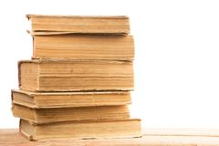 Stapel alte und benutzte Bücher oder Lehrbücher des gebundenen Buches an lokalisiert Lizenzfreie Stockfotos