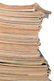 Stapel alte Zeitschriften auf einem Weiß Stockfoto